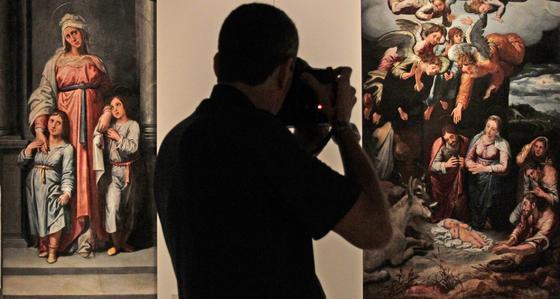 """Un fotógrafo entre las tablas """"María Salomé con sus dos hijos"""" (izquierda) y """"La Natividad de Jesús o la Adoración de los pastores""""."""